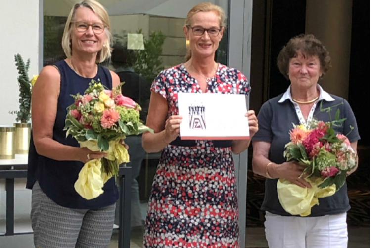 Professor Dr. Barbara Dölemeyer und Dr. Susanne Eickemeier haben die Zonta Bad Homburg Chronik zum 60. Geburtstag erstellt. Nicola Krone bedankt sich.